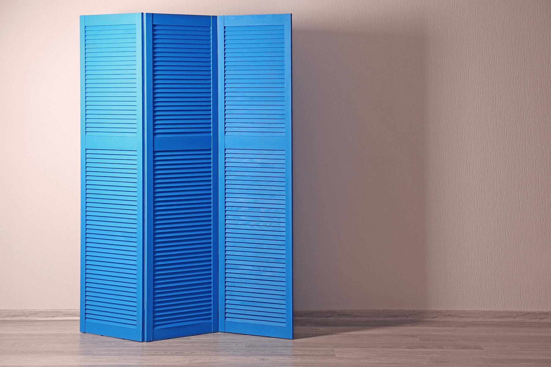 Parawan niebieski drewniany z drzwiczek ażurowych